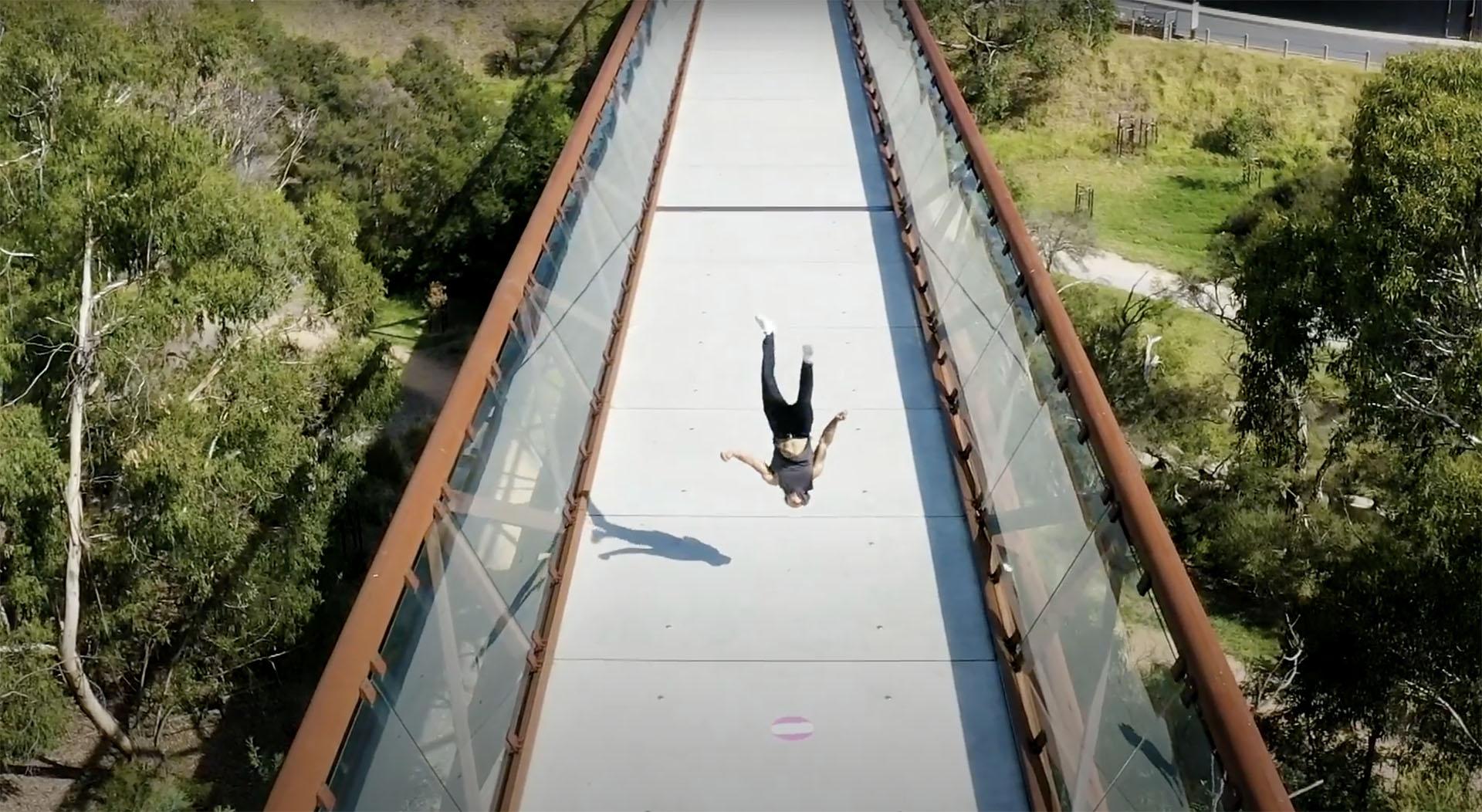 Jarden performing stund on bridge